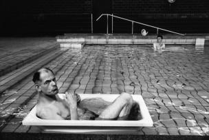 Verstandelijk gehandicapte man ligt in zwembad, Baarn, Nederland, 1995