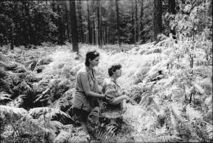 Twee vrouwen in het bos; de ene vrouw loopt achter de andere. Baarn. Nederland, 1995
