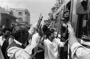 Verbannen Palestijn komt vanuit Egypte de grens over en keert als politieman terug in zijn geboortestad. Rafah, Gaza, 1994