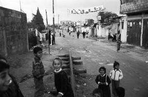 Restant van de spoorlijn Cairo-Istanbul. Tekst op het spandoek: 'Dr. Kamel Al Abd Cherafi – kandidaat Palestijns parlement'. Jabalia Camp, Gaza, 1993