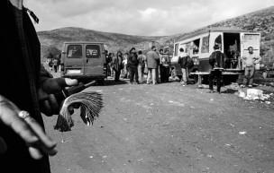 Minibusjes die illegale vluchtelingen vervoeren de grens over naar Griekenland, Albanese/Griekse grens, Albanië, 2000