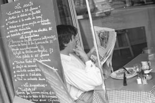 Krantlezende man in Restaurant - rubriek   PEUTEREN/KRABBEN, Parijs, Frankrijk, 1999