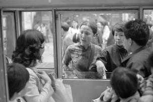 Vrouw achter raampje  - rubriek   ONENIGHEID/RUZIES, Sjanghai, China, 1999