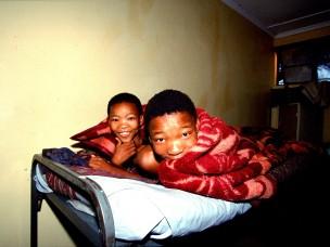 Jongens onder deken uit de serie: De Barsawa, San, Bushmen in Zuidelijk Afrika, 2000