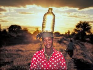 Vrouw met waterfels uit de serie: De Barsawa, San, Bushmen in Zuidelijk Afrika, 2000