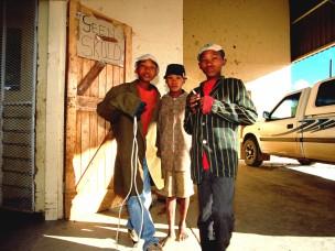 Twee jongens en een meisje uit de serie: De Barsawa, San, Bushmen in Zuidelijk Afrika, 2000