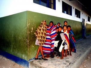 Groep kinderen in dekens uit de serie: De Barsawa, San, Bushmen in Zuidelijk Afrika, 2000
