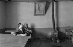 Drie kinderen in klaslokaal, Gorno-Badachsjan, Tadzjikistan, 1995