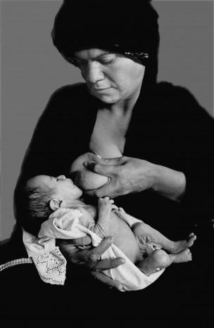 Ondervoed kind (3 mnd), borstvoeding is niet voldoende, uitdrogingsverschijnselen. Ibn Baladi Hospitaal, Bagdad, Irak, 1995