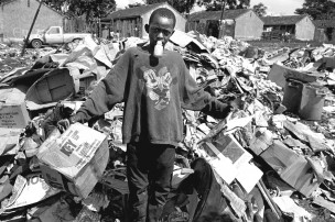 Portret van een jongen tussen vuilnis, Nairobi, Kenia, 1998