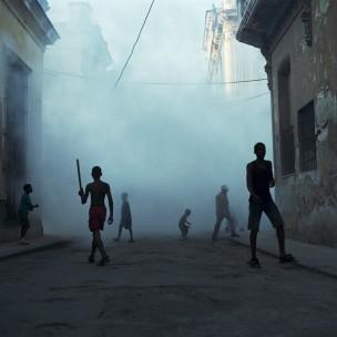 Straat, 'mistige sfeer' met  aantal jongens, Cuba, 2001