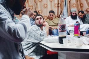Jonge moslims in een keuken; zij maken zich op tijdens de Ramadan voor de iftar: de maaltijd na het vasten, Almere, 2009