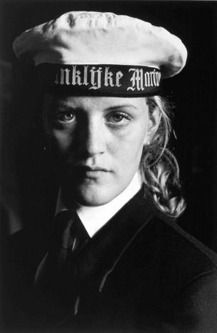 Portret van een vrouw in uniform en baret van de Koninklijke Marine, Rotterdam, Nederland, 1998