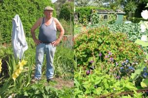 Li: de heer Veenman, Re: op de achtergrond een groen tuinhuisje, korenbloemen op de voorgrond, Nederland, 2006