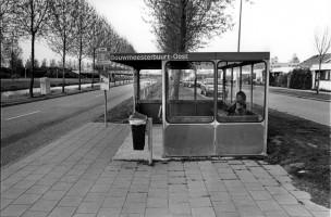 Irma en Fürgil zijn bij oma geweest en wachten op de bus naar huis, Almere, Nederland, 1996