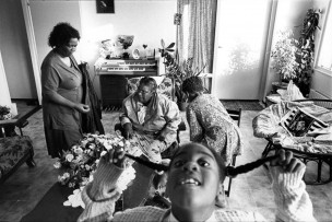 Irma en Fürgil op bezoek bij oma in Almere, Nederland, 1996