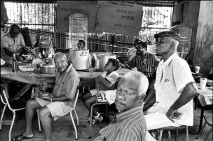 Elke zondag verzamelt broer Hugo zich met een aantal vrienden bij drukkerij Paramaribo om te eten, Fürgil gaat mee om de EK wedstrijd Nederland-Frankrijk te kijken, Paramaribo, Suriname, 1996