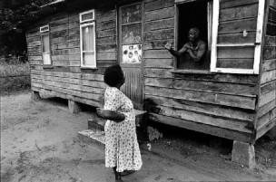 Irma ontmoet na jaren Marie Akrun, één van de inwoners van de plantage waar haar vader woonde, Suriname, 1996