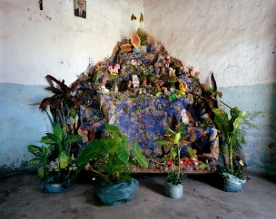Presèpio (soort altaar/kerststal, mix van katholieke en Afrikaanse rituele voorwerpen) in interieur, Brazilië, 2005