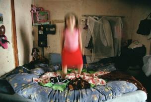 Slaapkamer, meisje springt op bed, Nederland, 2004