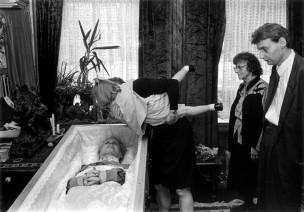 Kleindochter wil opa nog een laatste kus geven, Rotterdam, Nederland, 1992
