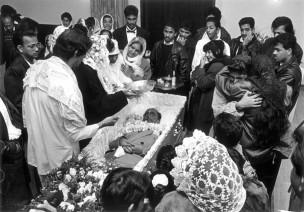 Aarti-ritueel door Surinaamse hindoe-familie tijdens offerceremonie voor crematie, Rotterdam, Nederland, 1992