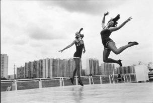 Tanja en Galja dansen op de vakantieboot Borodino, Rusland, 2000