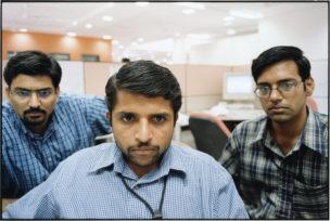 Infosys programmeur Mohan aan het werk tussen zijn collega's, Bangalore, India, 2001