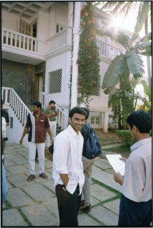 Werknemers van QSupport bespreken de kwartaalcijfers, Bangalore, India, 2001