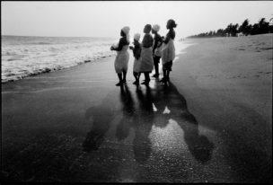 Vrouwen aanbidden op het strand de watergod, Benin, Afrika, 1997