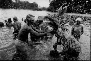 Ritueel in rivier - aanbidden van de watergod, Suriname, 1997