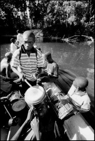 Jongen speelt apinti drum, Suriname, 1997