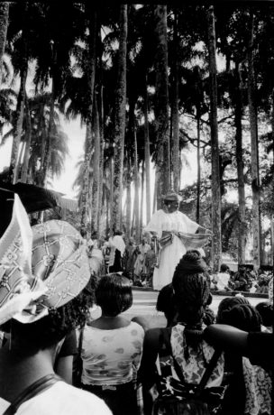 Vrouw in witte jurk, Suriname, 1997