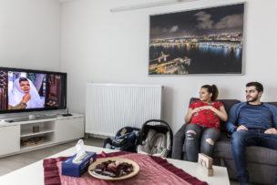 Lara (hoogzwanger) en Ayman bekijken soap op Syrische televisie, Amsterdam, Nederland, 2017