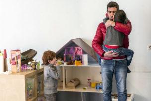 Ammar haalt zijn kinderen Yazan en Mohamed (r) op van de de naschoolse opvang, Amsterdam, Nederland, april 2016