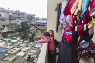 Ala, Salsabril en Yhia op balkon van hun huis, Tripoli, Libanon, januari 2017