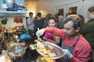Mohamad en Abeer cateren vanuit hun Syrisch cateringbedrijf 'Syrianjoy', Amsterdam, Nederland, oktober 2016