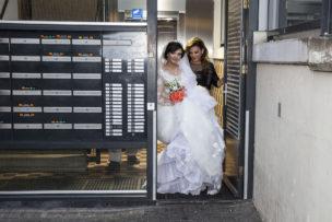 Abeer en Lara op weg naar het huwelijksfeest, Amsterdam, Nederland, september 2016