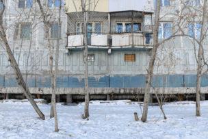 Huizen op pilaren gebouwd vanwege de permafrost, Yakutsk, Siberië, Rusland, 2018