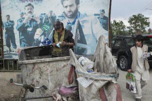 Man opzoek naar materiaal om te verkopen, Kabul, Afghanistan, 2014