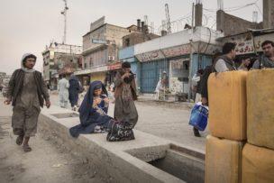 Biddende vrouw, Kabul, Afghanistan, 2017