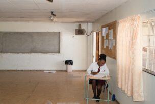 Leerling Teto High School, in leegstaand hostel van de Brand 6-goudmijn, Welkom, Zuid-Afrika, 2018