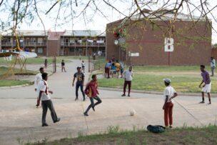 Leerlingen Teto High School, bij leegstaand hostel van Brand 6-goudmijn, Welkom, Zuid-Afrika, 2018