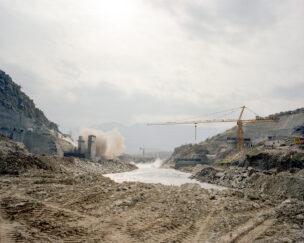 Explosie voor constructie Deraluk Reshawa waterkrachtcentrale, Amadiya district, Koerdistan regio, Irak, november 2018